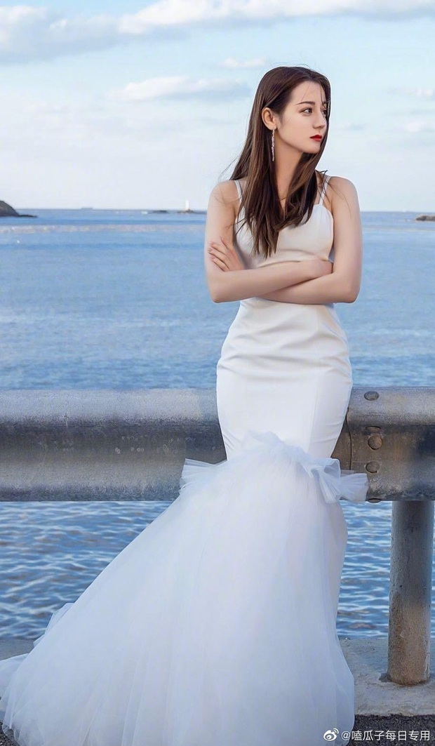 So kè mỹ nhân Cbiz khi diện váy cưới: Nhiệt Ba bốc lửa chẳng cần photoshop, Dương Tử muối mặt vì bị tố chi tiết đáng ngờ - Ảnh 1.