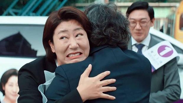 Review BÀ HOÀNG NÓI DỐI: Phim hài hay xuất sắc của quý bà da báo và bà ngoại quốc dân xứ Hàn - Ảnh 3.