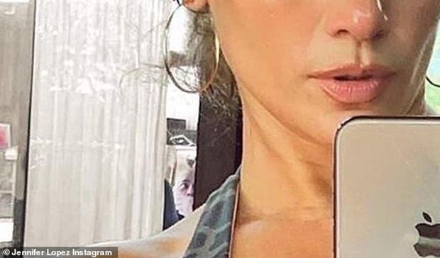 Bức ảnh khiến cả MXH rùng mình: Jennifer Lopez khoe ảnh body, người đàn ông bí ẩn như bị bịt mồm bỗng lấp ló sau lưng - Ảnh 3.