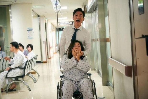 Review BÀ HOÀNG NÓI DỐI: Phim hài hay xuất sắc của quý bà da báo và bà ngoại quốc dân xứ Hàn - Ảnh 5.