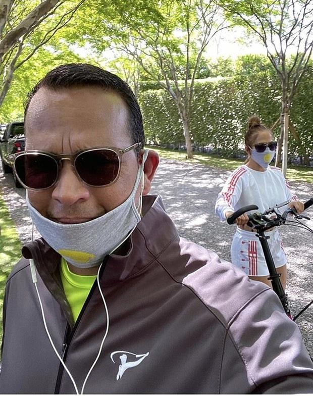 Bức ảnh khiến cả MXH rùng mình: Jennifer Lopez khoe ảnh body, người đàn ông bí ẩn như bị bịt mồm bỗng lấp ló sau lưng - Ảnh 6.
