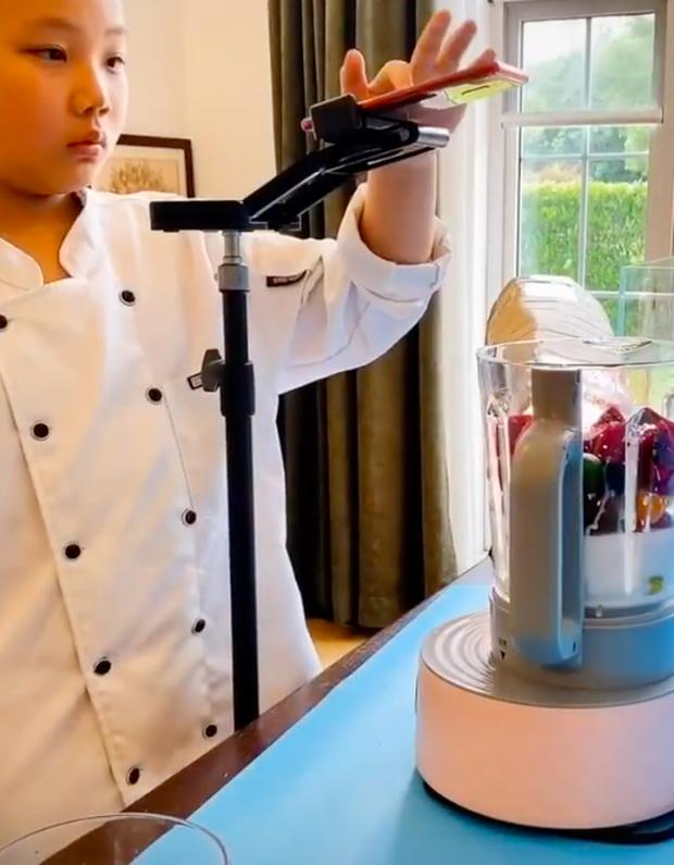 """Bái phục food blogger Trung Quốc mới 10 tuổi đã sở hữu cả triệu follow, choáng nhất với các video """"xịn"""" như quảng cáo thương mại - Ảnh 1."""
