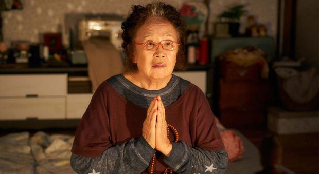 Review BÀ HOÀNG NÓI DỐI: Phim hài hay xuất sắc của quý bà da báo và bà ngoại quốc dân xứ Hàn - Ảnh 9.