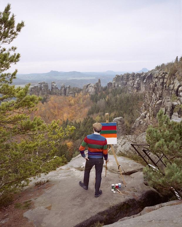 Bộ đôi họa sĩ và nhiếp ảnh gia lặn lội đi khắp châu Âu chỉ để cho ra đời bộ ảnh chụp các bức vẽ... chiếc áo đang mặc trên người - Ảnh 2.