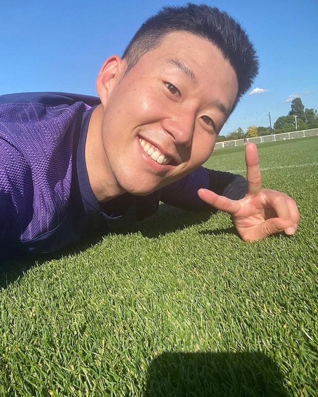 Son Heung-min thể hiện tình yêu bất diệt với bóng đá, mới trở lại Tottenham đã sà xuống ngay để selfie cùng với mặt cỏ - Ảnh 1.