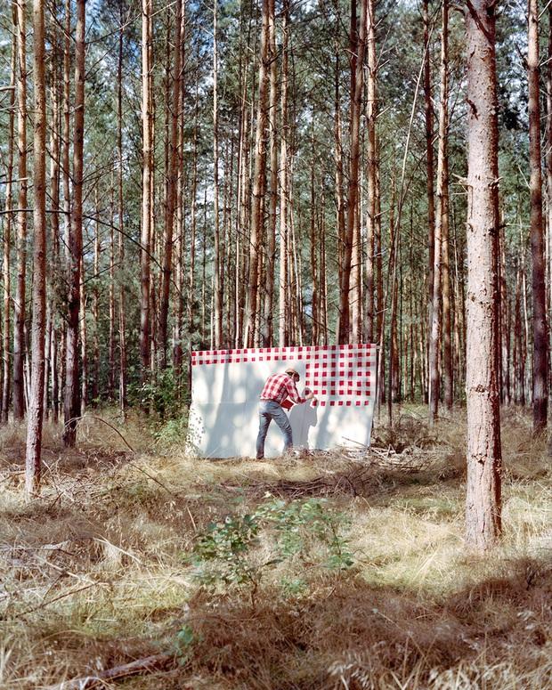 Bộ đôi họa sĩ và nhiếp ảnh gia lặn lội đi khắp châu Âu chỉ để cho ra đời bộ ảnh chụp các bức vẽ... chiếc áo đang mặc trên người - Ảnh 11.