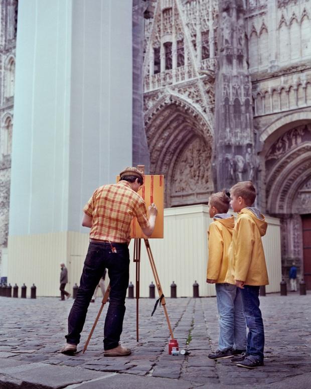 Bộ đôi họa sĩ và nhiếp ảnh gia lặn lội đi khắp châu Âu chỉ để cho ra đời bộ ảnh chụp các bức vẽ... chiếc áo đang mặc trên người - Ảnh 12.