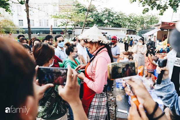 Cát Thy - Nhờ cái miệng quá duyên mà trở thành Diva với hàng bánh tráng trộn nổi nhất Sài Gòn, mỗi ngày có hàng trăm người đến tìm để quay hình, chụp ảnh - Ảnh 7.