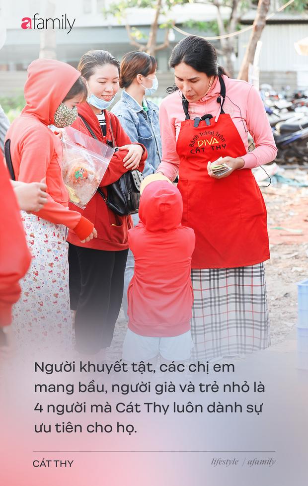 Cát Thy - Nhờ cái miệng quá duyên mà trở thành Diva với hàng bánh tráng trộn nổi nhất Sài Gòn, mỗi ngày có hàng trăm người đến tìm để quay hình, chụp ảnh - Ảnh 17.