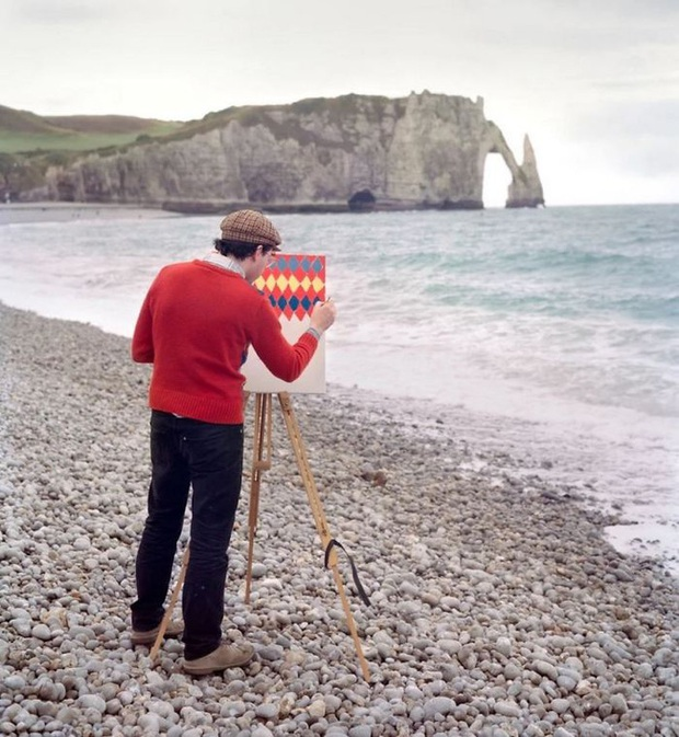 Bộ đôi họa sĩ và nhiếp ảnh gia lặn lội đi khắp châu Âu chỉ để cho ra đời bộ ảnh chụp các bức vẽ... chiếc áo đang mặc trên người - Ảnh 6.
