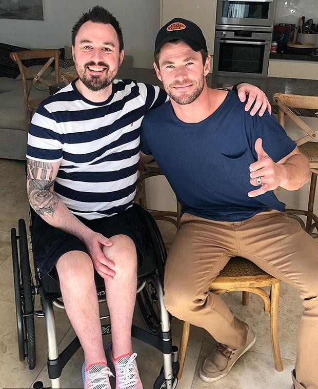 Thor Chris Hemsworth mời nạn nhân vụ đánh bom show Ariana Grande tới dự thảm đỏ với 1 điều kiện, nghe xong ai cũng xúc động - Ảnh 2.