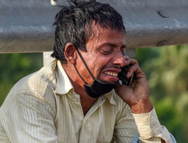 Bức ảnh người đàn ông ngồi khóc thảm thiết bên vệ đường lan truyền trên MXH và câu chuyện đằng sau đầy đau thương - Ảnh 2.