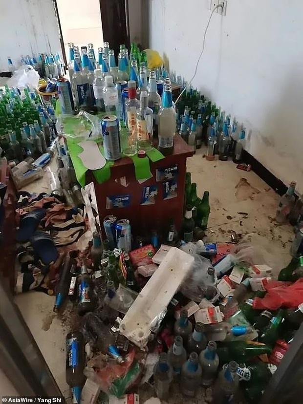 Thanh niên thất nghiệp nợ tiền trọ mãi không trả, chủ nhà đến nơi hoảng hồn khi thấy phòng ngập ngụa rác đến không có cả lối đi - Ảnh 1.