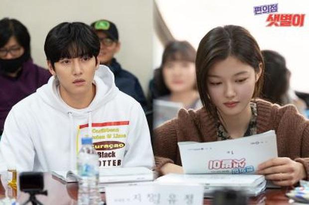 Nữ thần trẻ Kim Yoo Jung nên duyên cùng Ji Chang Wook liệu thành bom tấn hay nối gót xịt ngỏm như Quân Vương Bất Diệt? - Ảnh 2.