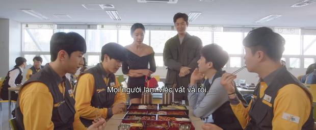 Mystic Pop-up Bar tập 2: Dì hai Hwang Jung Eum tuyển chạy bàn như săn trai về làm tay vịn, lừa chú bé U25 kí hợp đồng nô lệ? - Ảnh 3.