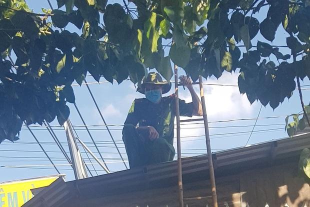 Cảnh sát leo lên mái nhà khám nghiệm hiện trường vụ tiệm vàng bị kẻ gian lấy 1 tỷ đồng ở Sài Gòn - Ảnh 2.