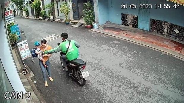 Bắt tài xế GrabBike có hành vi cướp giật điện thoại của người mẹ đang bồng con nhỏ ở Sài Gòn - Ảnh 1.