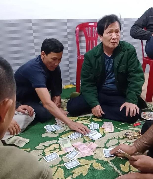 Cách chức chủ tịch xã đánh bạc trong mùa dịch Covid-19 - Ảnh 1.