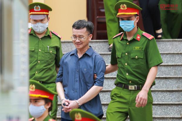 Thái độ khó hiểu của các bị cáo xuyên suốt 7 ngày xét xử vụ gian lận điểm thi ở Hòa Bình khiến dư luận bức xúc - Ảnh 6.