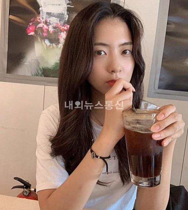 Bạn gái tin đồn của T.O.P (Big Bang): Riêng khoản ăn mặc thì đẹp và tinh tế hơn hẳn cô nàng ex lắm thị phi ngày trước - Ảnh 2.