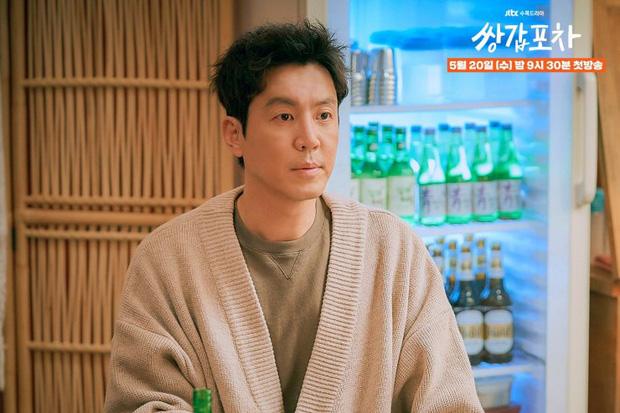 Mystic Pop-up Bar: Phiên bản quán nhậu trả nghiệp của Hotel Del Luna, dì hai Hwang Jung Eum vừa tái xuất đã đi xử biến thái - Ảnh 6.