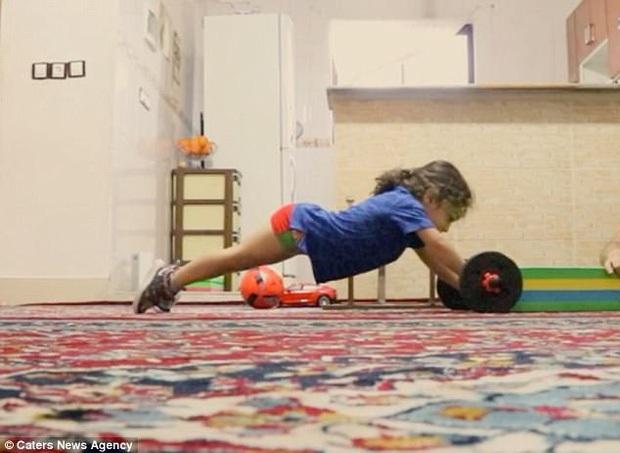 Choáng trước màn trình diễn cực đỉnh của thần đồng thể thao mới 6 tuổi đã có 6 múi: Tâng bóng 3000 lần không rơi, điệu nghệ như dân chuyên nghiệp - Ảnh 2.