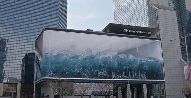 Hết hồn với cảnh sóng thần ập vào thành phố, nhìn lại hóa ra tác phẩm trêu ngươi ảo giác lớn nhất thế giới của Samsung - Ảnh 2.