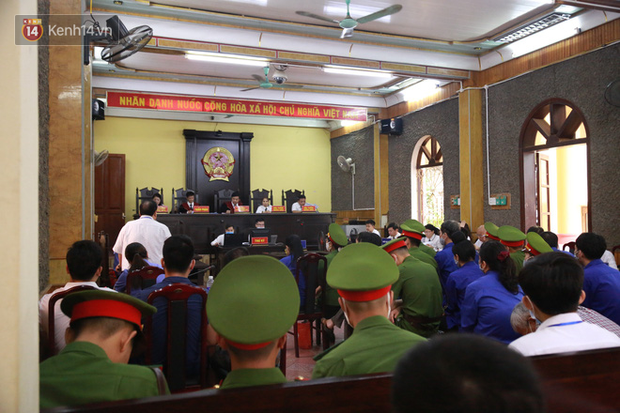 Xét xử gian lận thi THPT ở Sơn La: Người đi không vững công an phải dìu, kẻ có vai trò chính không nhận tội - Ảnh 1.