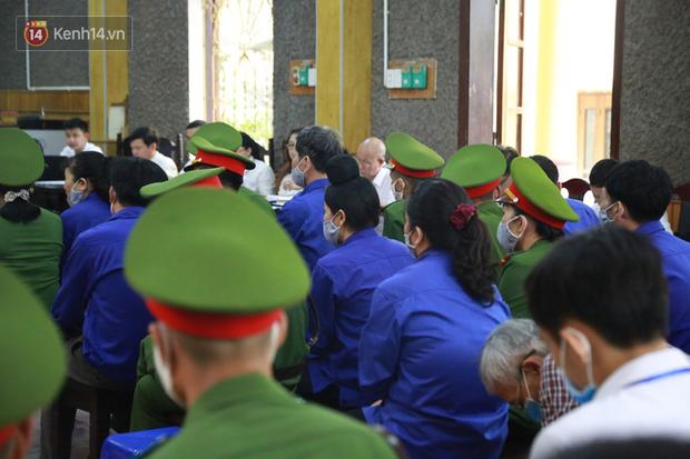 Xét xử gian lận thi THPT ở Sơn La: Người đi không vững công an phải dìu, kẻ có vai trò chính không nhận tội - Ảnh 2.
