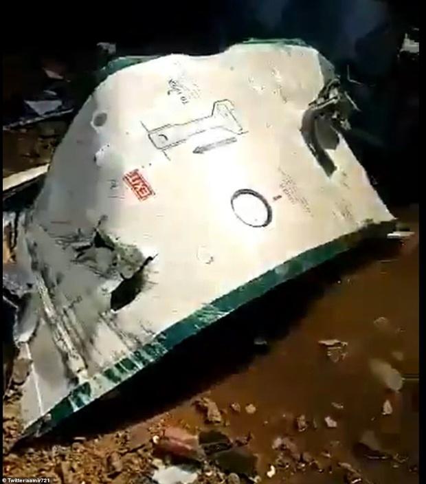 Hiện trường tang thương trong vụ rơi máy bay ở Pakistan: Nhiều nhà dân đổ sập, khói đen bốc lên ngùn ngụt - Ảnh 5.