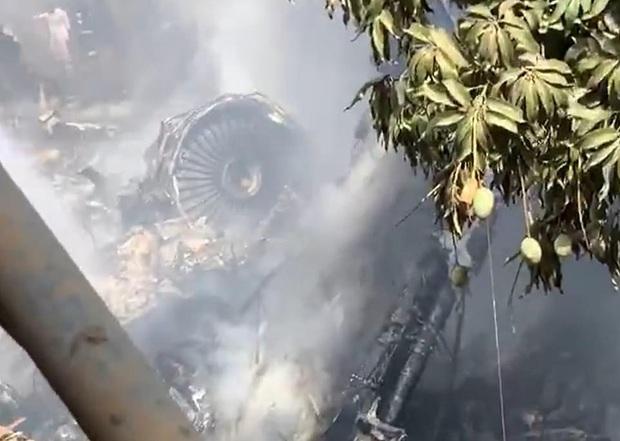 Hiện trường tang thương trong vụ rơi máy bay ở Pakistan: Nhiều nhà dân đổ sập, khói đen bốc lên ngùn ngụt - Ảnh 7.