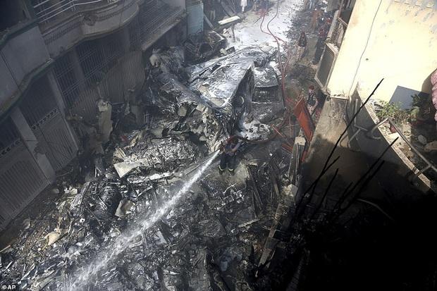 Hiện trường tang thương trong vụ rơi máy bay ở Pakistan: Nhiều nhà dân đổ sập, khói đen bốc lên ngùn ngụt - Ảnh 8.