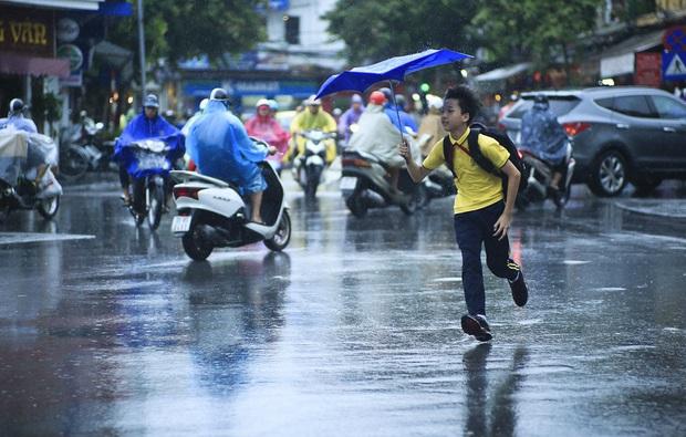 Chấm dứt nắng nóng 40 độ, Hà Nội dự báo có mưa giông từ chiều tối và đêm nay - Ảnh 1.