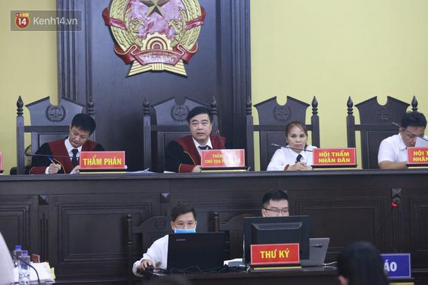 Xét xử gian lận thi THPT ở Sơn La: Người đi không vững công an phải dìu, kẻ có vai trò chính không nhận tội - Ảnh 3.