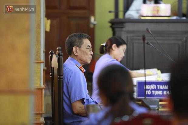 Xét xử gian lận thi THPT ở Sơn La: Người đi không vững công an phải dìu, kẻ có vai trò chính không nhận tội - Ảnh 4.