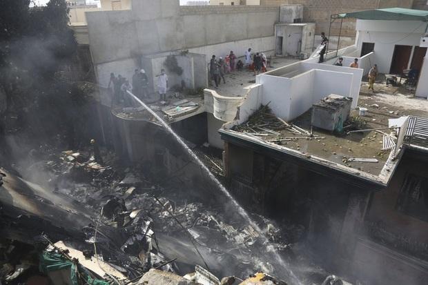 Ít nhất 2 người sống sót trong vụ máy bay Pakistan chở gần 100 hành khách và thành viên phi hành đoàn rơi ở Karachi - Ảnh 2.