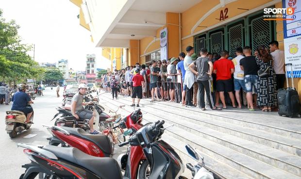 Chen nhau nghẹt thở mua vé xem bóng đá ở Nam Định, dân phe Hà Nội cũng đổ về thu gom - Ảnh 9.