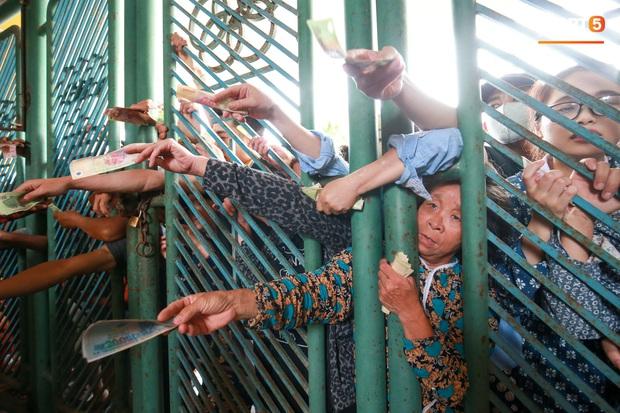Chen nhau nghẹt thở mua vé xem bóng đá ở Nam Định, dân phe Hà Nội cũng đổ về thu gom - Ảnh 2.