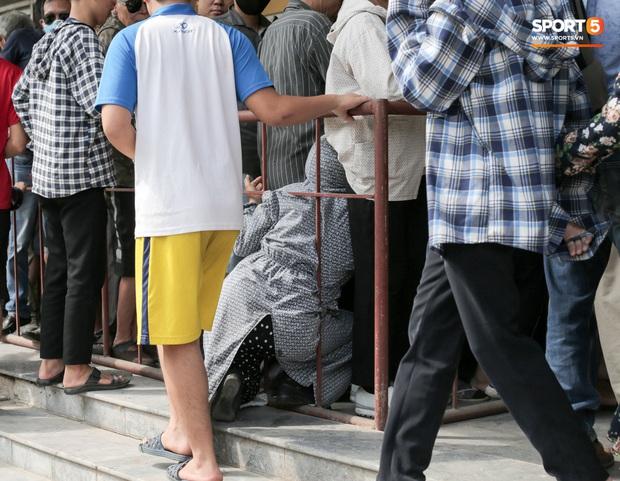 Chen nhau nghẹt thở mua vé xem bóng đá ở Nam Định, dân phe Hà Nội cũng đổ về thu gom - Ảnh 7.