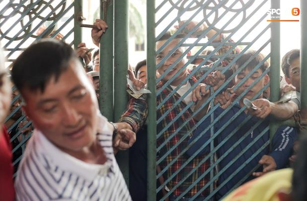 Chen nhau nghẹt thở mua vé xem bóng đá ở Nam Định, dân phe Hà Nội cũng đổ về thu gom - Ảnh 5.