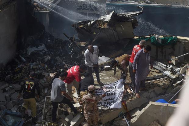 Ít nhất 2 người sống sót trong vụ máy bay Pakistan chở gần 100 hành khách và thành viên phi hành đoàn rơi ở Karachi - Ảnh 1.