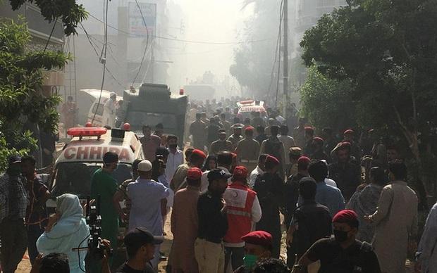 Ít nhất 2 người sống sót trong vụ máy bay Pakistan chở gần 100 hành khách và thành viên phi hành đoàn rơi ở Karachi - Ảnh 4.