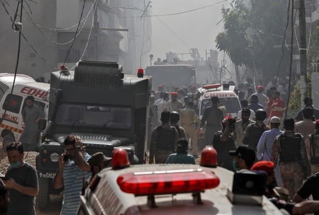 Chiếc máy bay rơi xuống khu dân cư tại Pakistan đã hoạt động 15 năm - Ảnh 1.