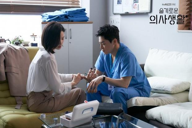 Rating lại tăng khủng, khán giả Hospital Playlist đã la ó không muốn ship Jo Jung Suk với crush vì lí do vô cùng thuyết phục - Ảnh 1.