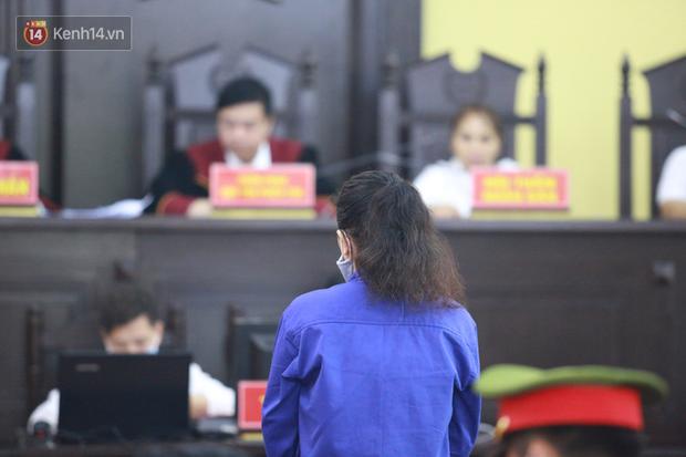Xét xử gian lận thi THPT ở Sơn La: Người đi không vững công an phải dìu, kẻ có vai trò chính phủ nhận tội - Ảnh 6.