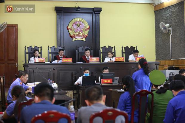 Xét xử gian lận thi THPT ở Sơn La: Con được nâng thêm 24,8 điểm, mẹ nói rất ngạc nhiên - Ảnh 1.