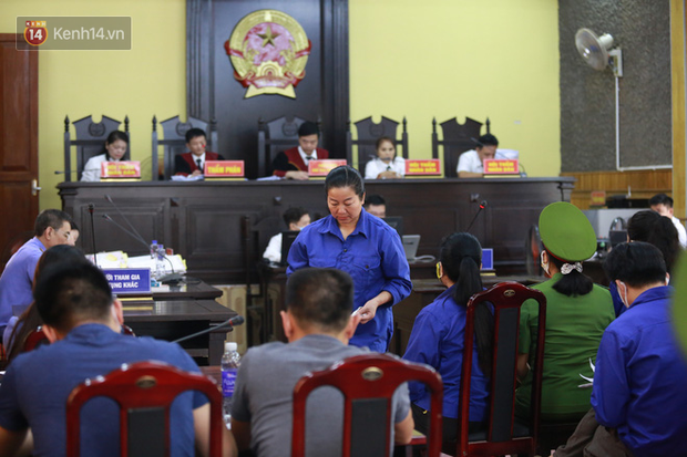 Xét xử gian lận thi THPT ở Sơn La: Người đi không vững công an phải dìu, kẻ có vai trò chính không nhận tội - Ảnh 7.