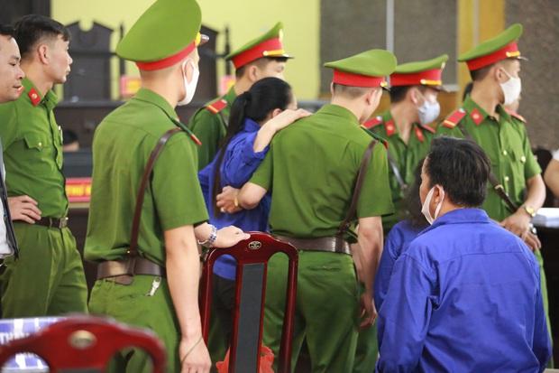 Xét xử gian lận thi THPT ở Sơn La: Người đi không vững công an phải dìu, kẻ có vai trò chính phủ nhận tội - Ảnh 11.