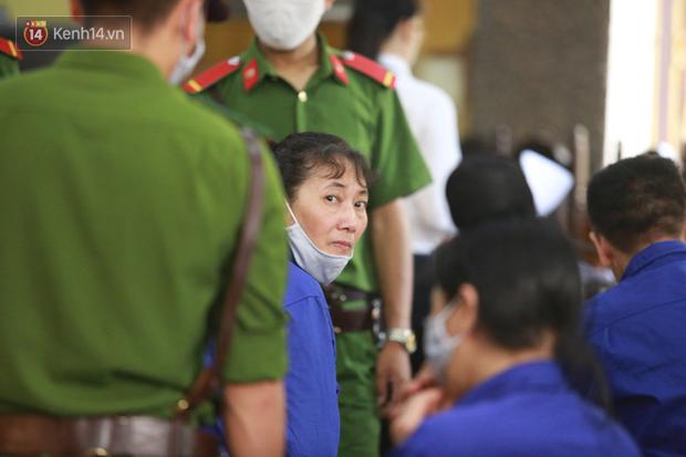 Xét xử gian lận thi THPT ở Sơn La: Người đi không vững công an phải dìu, kẻ có vai trò chính không nhận tội - Ảnh 5.