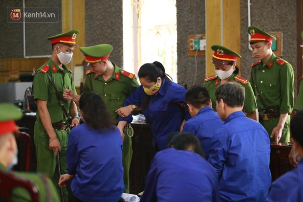 Xét xử gian lận thi THPT ở Sơn La: Người đi không vững công an phải dìu, kẻ có vai trò chính phủ nhận tội - Ảnh 12.